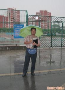 Hujan... setiap seorang peserta dipinjamkan payung