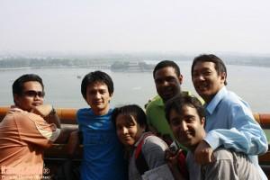 Berlatar belakangkan Tasik Kunming