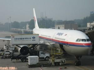 Pesawat MAS Airbus330 MH371 yang membawa aku pulang ke Tanah Air. Tengah loading makanan ke dalam flight.